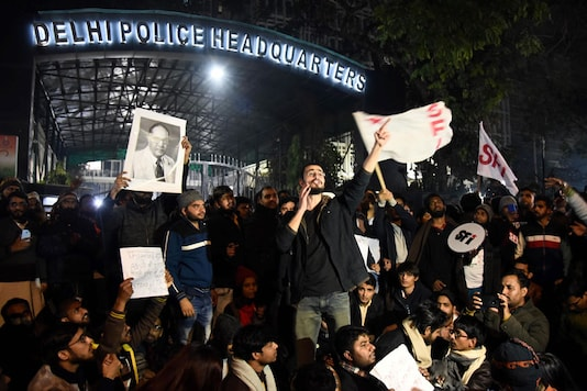JNU students protest at Delhi Police Headquarters (PHQ) after some masked miscreants attacked in the JNU campus, New Delhi. (Image: PTI)