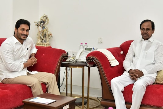 File photo of Telangana CM K Chandrashekhar Rao with his counterpart from Andhra Pradesh Jagan Mohan Reddy. (News18)