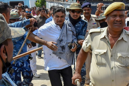 Main accused in the Muzaffarpur shelter home case Brajesh Thakur attacked with black ink on way to court. (File photo/PTI)