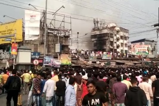 Visuals of the fire that broke out on the 2nd floor of a building at Raja Bazar (Twitter)