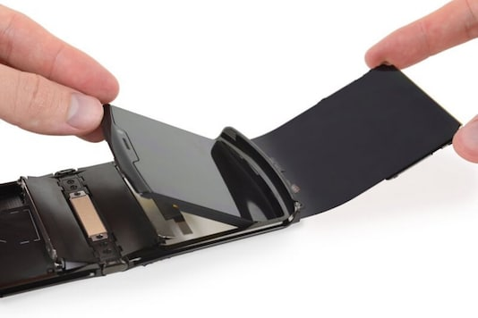 The good folks over at iFixit have done a teardown of the new Moto Razr and given it a repairability score of 1 out of 10. (Image: iFixit)