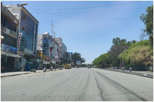 A deserted stretch in Bengaluru during the nationwide lockdown to control the spread of coronavirus. (News18)