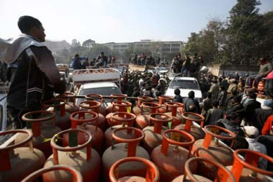 COVID-19: Indian Oil Witnessing 30 Percent Rise in LPG Cylinder Demand in Bengal - News18 thumbnail