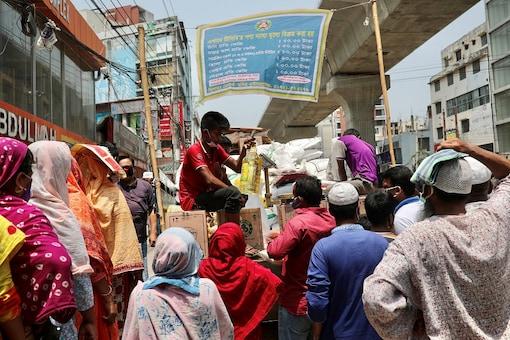 People queue without maintaining social distance to buy groceries at a lowest price from Trading Corporation of Bangladesh (TCB) amid the coronavirus disease (COVID-19) outbreak in Dhaka, Bangladesh, April 16, 2020. REUTERS/Mohammad Ponir Hossain