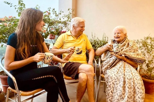 Kanika Kapoor Enjoys Family Time After Recovering from ...