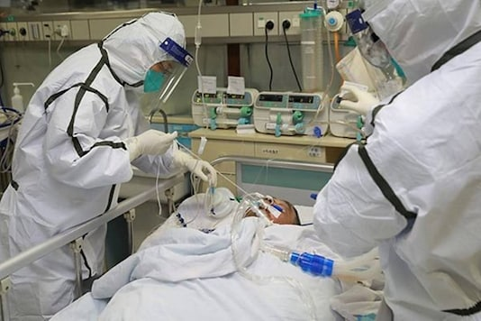 Medical staff in protective suits treat a patient with pneumonia caused by the new coronavirus. (Courtesy: Reuters photo)