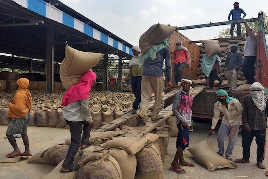File photo of workers loading sacks of wheat onto a supply truck at the Gharaunda Grains Market in Karnal, Haryana.  REUTERS/Mayank Bhardwaj