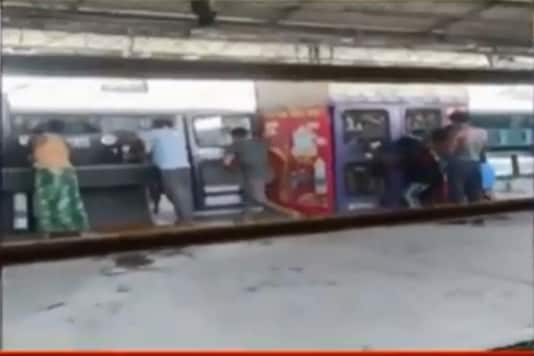 Migrants Ransack Food Dispensing Machine at Jabalpur Railway Station in Madhya Pradesh