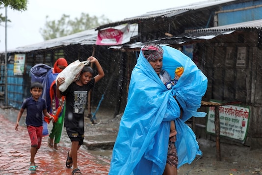 People make their way to a safer place before the cyclone Amphan makes its landfall in Gabura outskirts of Satkhira district, Bangladesh May 20, 2020. (Image: REUTERS)