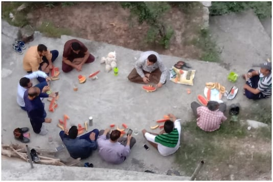 Migrants returning to Kashmir share a meal on the way to quarantine centres, a day before Eid celebrations   Image credit: Special Arrangement