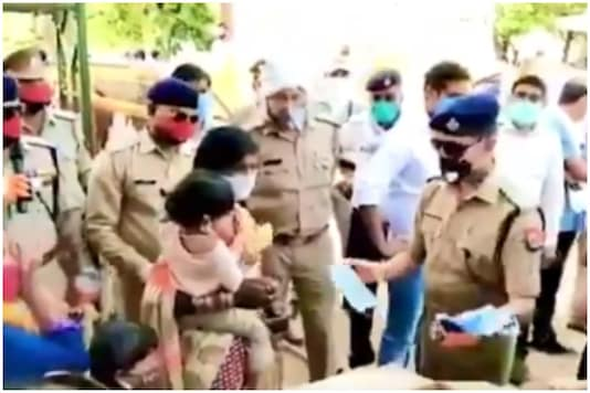 Cops planned a sweet surprise for children of migrant workers at MP borders   Credit: Twitter