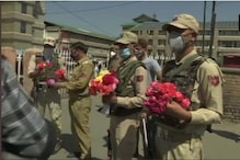 Cops in Kashmir Greet Doctors With Flowers after Uproar Over Harassment of Medical Staff in Pandemic