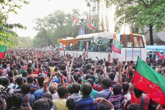 Mohun Bagan fans parading the team bus from the airport to the club tent (Photo Credit: AIFF)