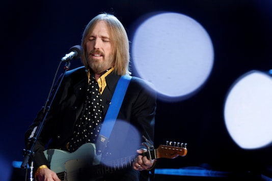 Singer and songwriter Tom Petty performs during the half time show of the NFL's Super Bowl XLII football game between the New England Patriots and the New York Giants in Glendale, Arizona February 3, 2008. (Reuters)