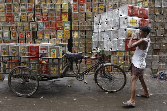 FILE PHOTO:  A man loads empty containers of edible oil onto a tricycle at a roadside in Kolkata, India, August 27, 2015. REUTERS/Rupak De Chowdhuri/File photo