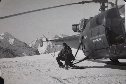 Air Vice Marshal  (retd) Manmohan Bahadur alongside a 'Chetak'