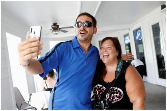 Floridian c=anti-mask protesters posing for selfies while protesting at a grilled cheese bar | Image credit: Reuters