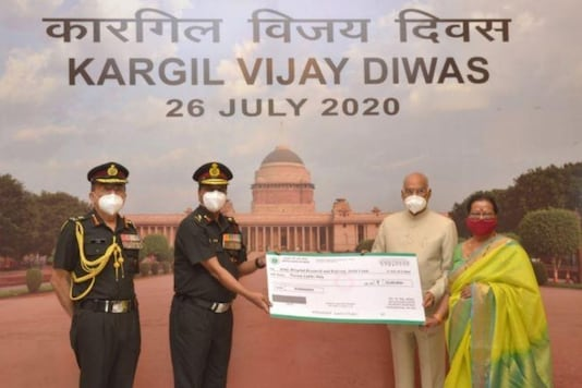 President Ram Nath Kovind and First Lady Savita Kovind presented a cheque of Rs 20 lakh to the Army Hospital (R&R), Delhi. (Image: Twitter)
