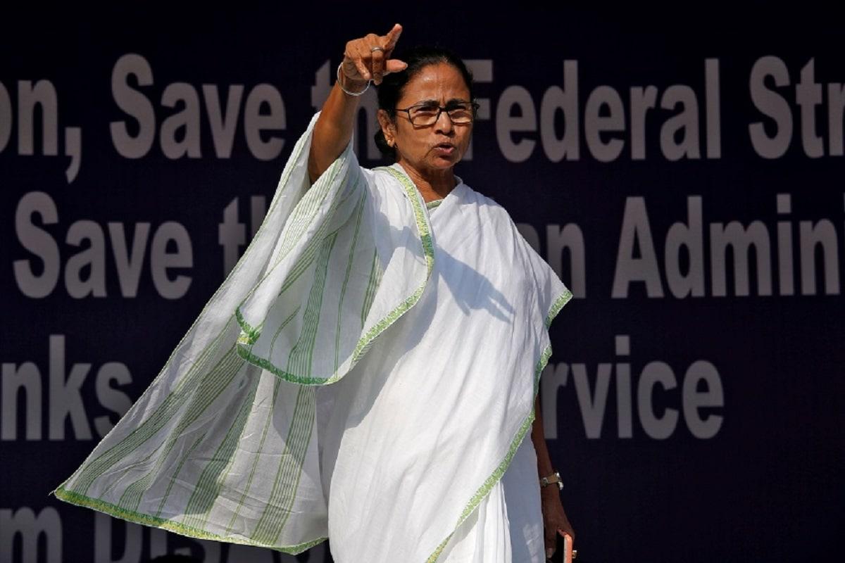 Photo of Mamata Banerjee Sings 'Jaago Durga' on Mahalaya, Residents Ask for Jobs Instead