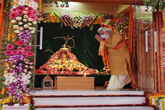 PM Modi prays at the Bhoomi Pujan. (News18)