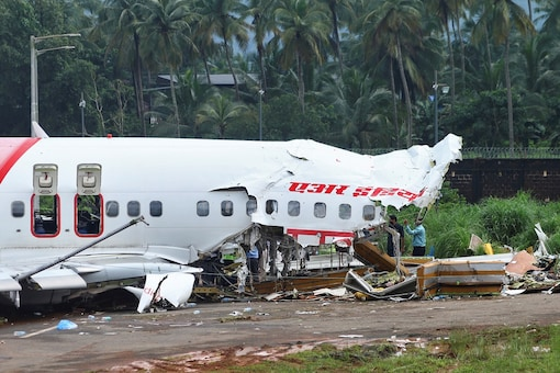 Officials inspect the site where a passenger plane crashed when it overshot the runway at the Calicut International Airport in Karipur, in Kerala. (REUTERS)