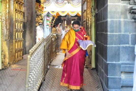 A deevotee at the Tirumala temple.(News18)