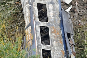 Scotland: Investigators confirm derailed train hit landslide