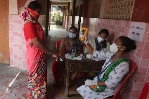 Community health workers screen people for COVID-19 and malaria symptoms in a school in Dharavi, one of Asia's biggest slums, in Mumbai, India, Wednesday, Aug. 19, 2020. (Image: AP)