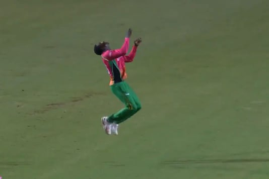 CPL 2020: Guyana Amazon Warriors' Kevin Sinclair's Double Somersault Leaves the Internet in Awe