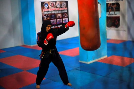 Seham Amer attend martial arts training in Yemen. Credits: Reuters