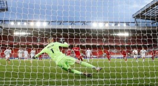 UK-SOCCER-ENGLAND-LIV-LEE-REPORT:Salah hits hat-trick as Liverpool outgun impressive Leeds