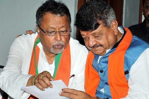 BJP leaders Mukul Roy (L) and Kailash Vijayvargiya.