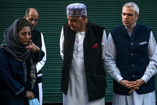 Former Jammu and Kashmir chief minister Mehbooba Mufti (L) gestures while interacting with Jammu and Kashmir National Conference President Farooq Abdullah (C) and former CM Omar Abdullah after a meeting in Srinagar on October 15, 2020. (TAUSEEF MUSTAFA / AFP)