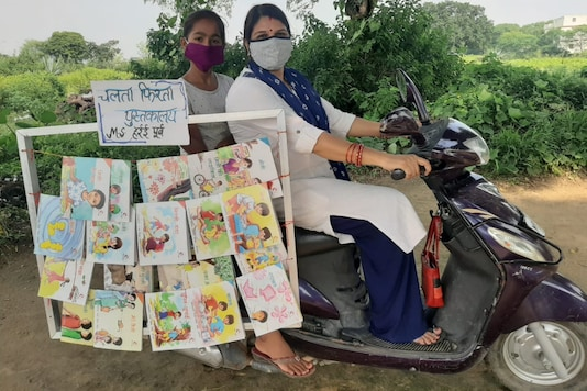Mahima Singh, a student of standard VII from Singrauli's Baidhan along with her teachers started running a library on wheels.