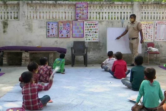 Delhi Cop Turns Teacher for Underprivileged Children Who Cannot Afford Online Classes