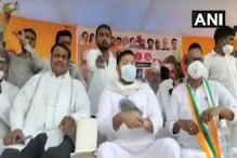 Bihar Assembly Polls: Slippers Hurled at RJD Leader Tejashwi Yadav at Public Rally in Aurangabad