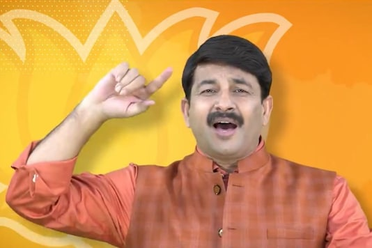 Screen grab from a video shared by Manoj Tiwari on Twitter where he can be seen singing. (Twitter/@ManojTiwariOffc)