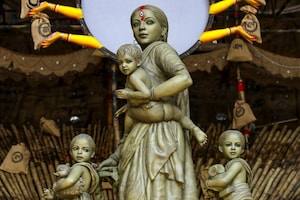Durga Puja 2020: Goddess Durga Takes the Form of Migrant Mother in This Pandal