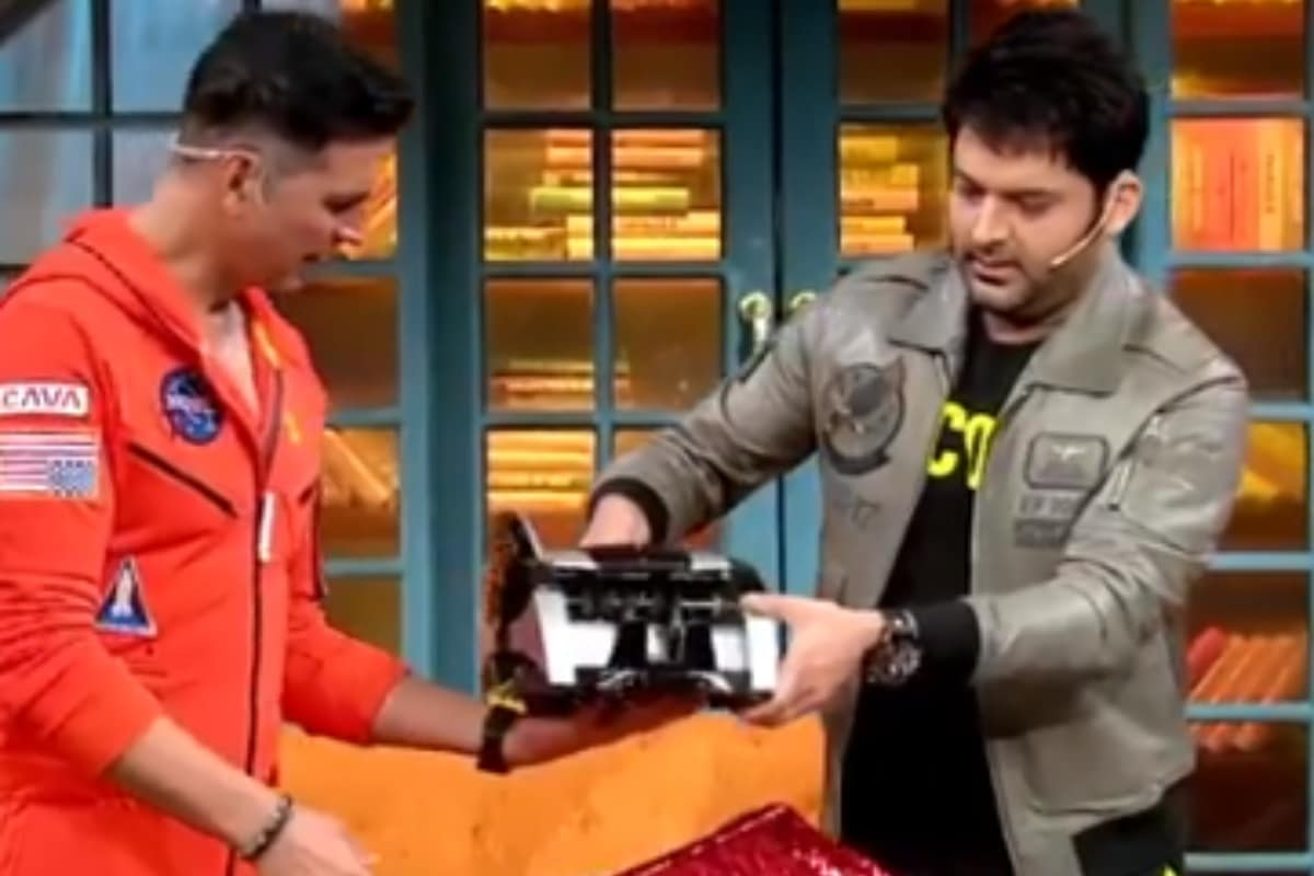 Kapil Sharma Gifts Akshay Kumar a Cash Counting Machine, Actor's Epic Reply Will Leave You in Splits