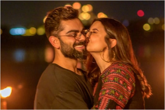 Anushka Sharma Gives an Affectionate Kiss to Virat Kohli in These Adorable Pics