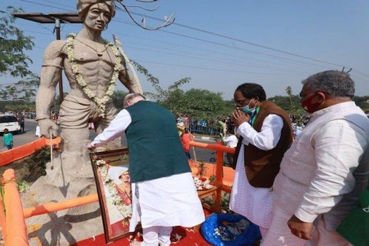 The 'Bharat Jakat Majhi Pargana Mahal', a prominent tribal outfit in West Bengal, said that Shah had offered flowers and garlanded the statue of anonymous tribal hunter and not the tribal freedom fighter, Birsa Munda, in Bankura's Puabagan. (Photo: Official Twitter handle of Union Home Minister Amit Shah