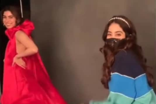Janhvi Kapoor Turns Spot Girl for Sister Khushi Kapoor in These Goofy Videos
