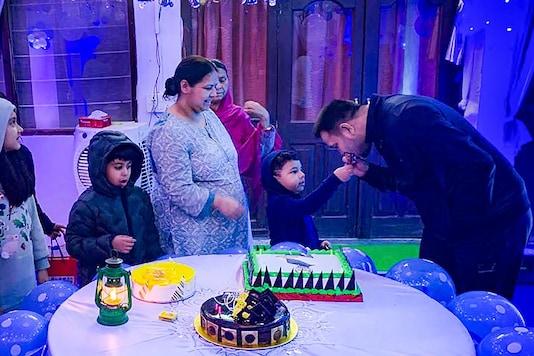 Patna: RJD leader Tejashwi Prasad Yadav celebrates his birthday with family members, in Patna. (PTI Photo)