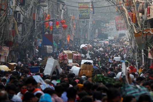Shoppers crowd a market ahead of the Hindu festival of Diwali, amidst the spread of the coronavirus disease (COVID-19), in the old quarter of Delhi, India, November 10, 2020. Picture taken on November 10, 2020. REUTERS/Adnan Abidi