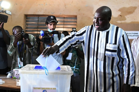 Presidential candidate Zephirin Diabre votes during the presidential and legislative election at a polling station in Ouagadougou, Burkina Faso, November 22, 2020. REUTERS/Anne Mimault