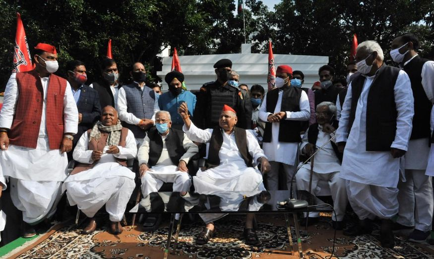 Setting to rest all speculations about his health, Samajwadi patriarch Mulayam Singh Yadav visited the party headquarters to meet workers who had gathered there to celebrate his 81st birthday. (Image: Special Arrangement)