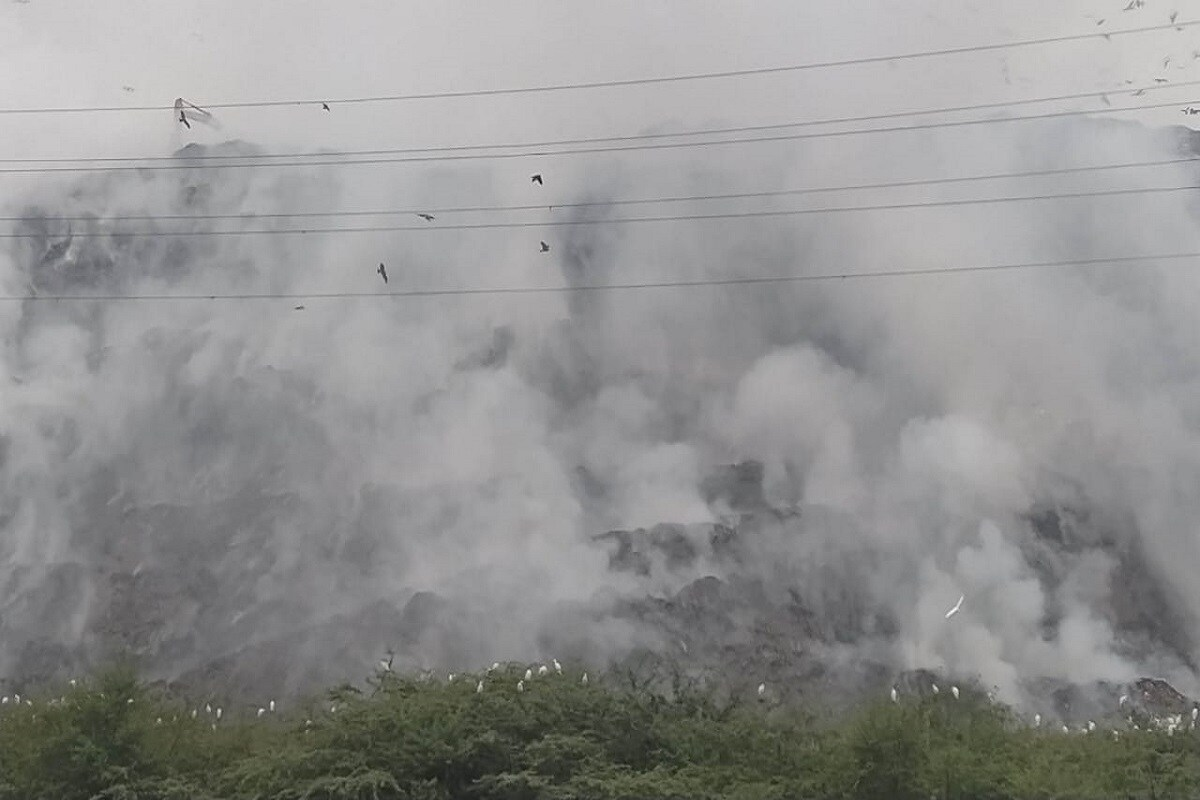 Firefighting operations at east Delhi's Ghazipur landfill continued as toxic fumes from the burning garbage filled the air. No injuries were reported from the spot. (Image: News18)