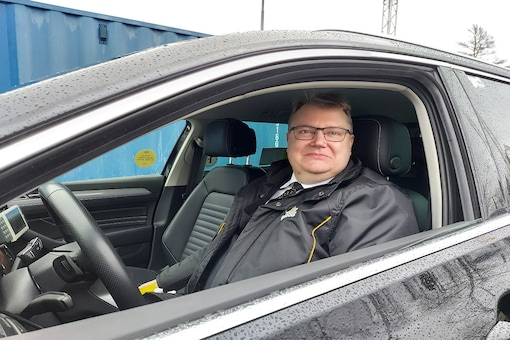 """""""Corona cabby"""" Lars-Goran Goransson pulls up in his car to a COVID-19 test distribution centre in southern Stockholm. (Photo: REUTERS/Phil O'Connor)"""