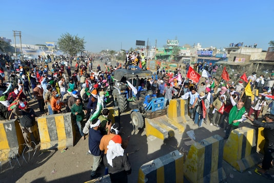 Members of various farmer organisations attempt to cross Singhu Border during 'Delhi Chalo' protest march against the new farm laws, in New Delhi, Friday, Nov. 27, 2020. (PTI Photo/Ravi Choudhary)