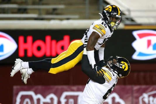 Iowa Drubs Minnesota 35-7 For 6th Straight Win For The Pig